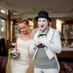 Мим на свадьбе с невестой, фотография мима