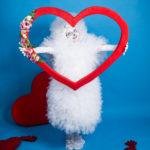 Белый мим с сердцем